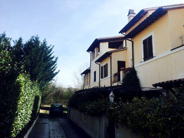FOLIGNO – Vicinanze Viale Roma: Villetta semindipendente con 3 camere e giardino