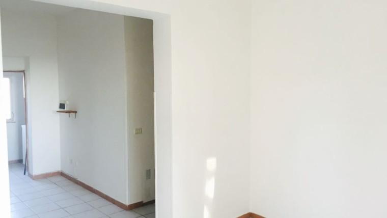 Appartamento indipendente con ampi fondi al piano terra
