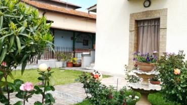 Appartamento su casa bifamiliare con piccola corte esterna