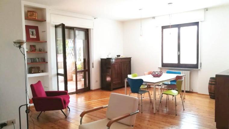 Foligno, Via Roma: Luminoso appartamento con terrazzo abitabile di 80 mq
