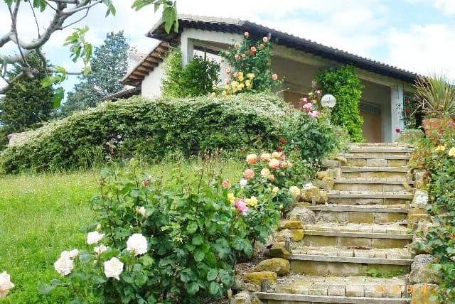 Porzione di casa panoramica con rustico, garage e giardino di 10000 in parte edificabile