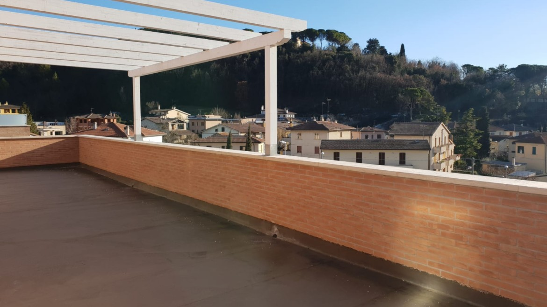 Attico di c a 120 mq con terrazzo abitabile con vista for Casa moderna immobiliare foligno