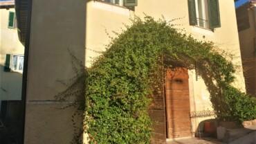 FOLIGNO, LOC. COLLE SAN LORENZO: CIELOTERRA RISTRUTTURATO CON 2 POSTI AUTO PRIVATI