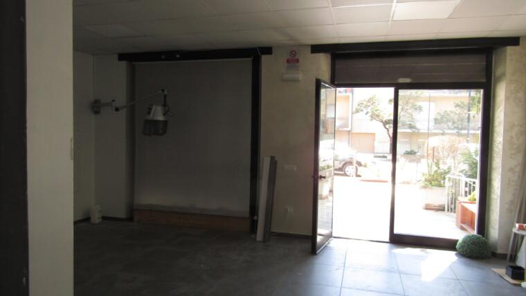 affitto locale commerciale con 2 vetrine fronte strada